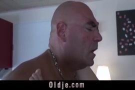 فتاة تمارس الجنس مع رجل عجوز.