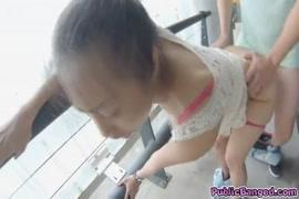 المشاغب الآسيوية خادمة الحصول مارس الجنس في الأماكن العامة مع سيدها.