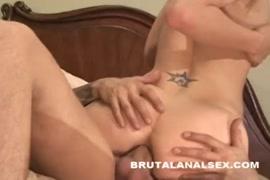 تحصل مارس الجنس امرأة سمراء مثير أثناء مص الديك.