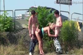 اللعب في مؤخرة فتاة شقراء في سن المراهقة.