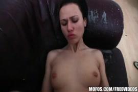 فتاة شقية استمنى و تحصل مارس الجنس مع الديك ضخمة.