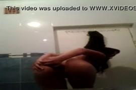 خنثي اللعب مع دسار لها في الحمام.