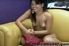 فتاة لاتينا مشعر تمارس الجنس في الليلة الأولى.