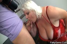 Bbw الزوجة مع كبير الثدي يعطي اللسان handjob.