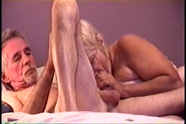 فتاة بيضاء نحيفة وشابة يمارس الجنس على السرير.