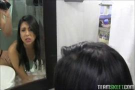 فتاة مراهقة تستمني في الحمام بعد المدرسة.