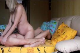 فتاتي تلعب مع قضيبي قبل النوم.