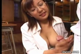 لطيف قليلا اليابانية في سن المراهقة ولها كبير الثدي.