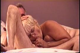 أنا أمارس الجنس مع زوجتي السابقة في الفم عندما تكون في السرير.