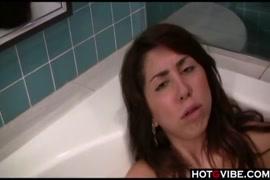 التبول في كوب في حوض الاستحمام.