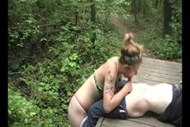 نجمة البورنو كيندال وودز يعطي اللسان لطيف.