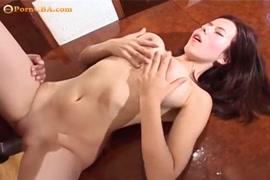 فتاة الساخنة مع كبير الثدي في جوارب والكعب تحصل مارس الجنس وتمتص ديك.