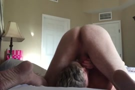زوجة تمارس الجنس مع صديقها المقرب عندما يكون في العمل.