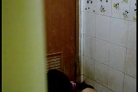 حامل الآسيوية gf تمتص ديك بلدي في الحمام.