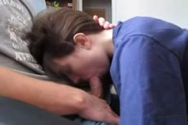 امرأة سمراء في سن المراهقة الساخنة يعطي اللسان ونائب الرئيس على فمها.