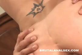Tiny4k امرأة سمراء لديها ضيق الحمار مارس الجنس ومارس الجنس بعد مص الديك.
