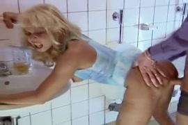قصف مؤخرتي على المرحاض.