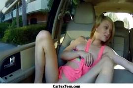 الهواة في سن المراهقة تمتص الديك وركوب الخيل حتى بوسها في السيارة.