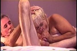 الساخنة فتاة الهواة قرنية ركوب ديكي على رأس السرير.