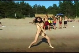 زوجان مراهقان يمارسان الجنس على الشاطئ العام.