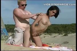 الحصول مارس الجنس الكلبة على الشاطئ.