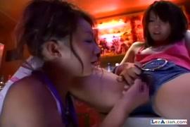 استمناء لفتاة لطيفة جدا مع صدر صغير.