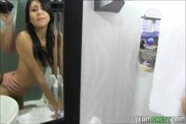 صديقة في سن المراهقة تمتص الديك والأصابع ضيق كس في الحمام.