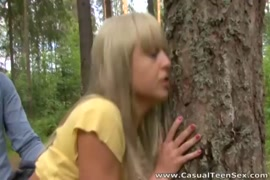 وقحة في سن المراهقة لديها بعض الجنس على غرار هزلي الخام في الغابة.