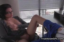 مثير الآسيوية في سن المراهقة يحصل لها ضيق كس انتقد وغطت في القذف.