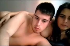 الزوجان يستمتعان في السرير و cumshots في فمه.