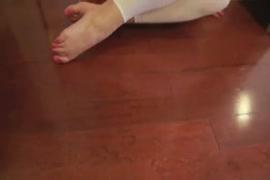 تظهر امرأة سمراء صنم القدم فتاة قبالة قدميها الساخنة.