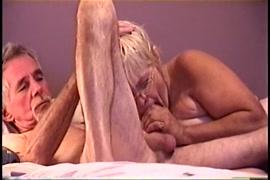 التبول على سريري واللعب مع ديكي.