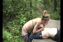 المراهقون في الغابة.